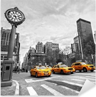 Naklejka Pixerstick Żółte taksówki na nowojorskiej ulicy