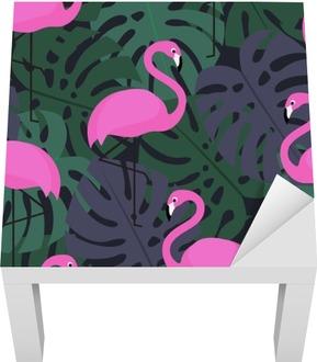 Tropical bezešvé vzor s růžovými plameňáky na tmavém monstera listy na pozadí. Exotické Hawaii umění pozadí. Módní design pro textilie a výzdobu.