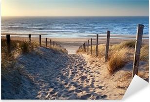 Nálepka Pixerstick Cesta na severní pláži u moře ve zlatě slunci