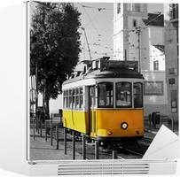 Nálepka na Ledničku Lisabonská staré žluté tramvaje na černé a bílé pozadí