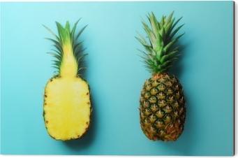 Obraz na Aluminium (Dibond) Cały ananas i pół plasterki owoców na niebieskim tle. widok z góry. skopiuj miejsce. jasny wzór ananasa dla minimalistycznego stylu. projekt pop-art, koncepcja kreatywna