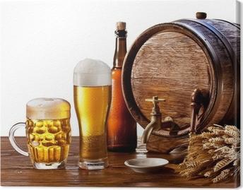 Obraz na płótnie Beczka piwa z okularami piwa na drewnianym stole.
