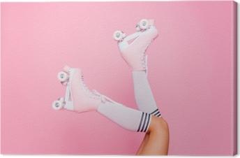 Obraz na płótnie Bliska zdjęcie kobiecej części ciała. nogi noszenie słodkie słodkie z shoelaces cztery kołowrotek ostrza rolki na białym tle garbowane jaskrawe tło