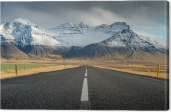 Obraz na płótnie Perspektywa droga z tłem górskiego śniegu w pochmurny dzień jesień sezon islandia