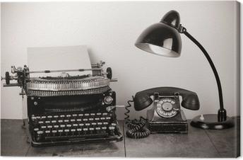Obraz na płótnie Vintage maszyny do pisania, stary telefon, retro lampa na stole