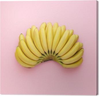 Obraz na płótnie Widok z góry z dojrzałych bananów na jasnym tle różowy. Minimalny styl.
