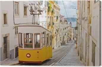 Obraz na płótnie Zabytkowy tramwaj na uliczce w Lizbonie