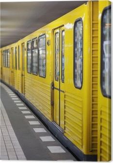 Obraz na płótnie Żółty metra na stacji metra. Berlin, Niemcy.