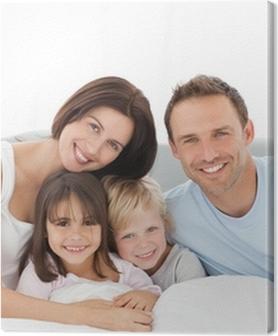Obrazy premium Portret szczęśliwa rodzina siedzi na łóżku