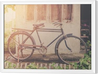 Rámovaný obraz na plátně Vintage kolo nebo staré kolo vinobraní park na staré zdi domů.