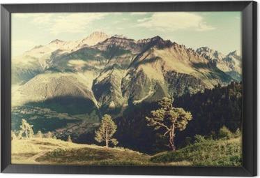 Obraz na płótnie w ramie Archiwalne krajobraz z drzew i gór