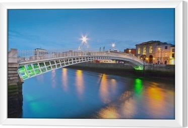 Obraz na płótnie w ramie Ha'penny Bridge w Dublinie, w Irlandii w nocy