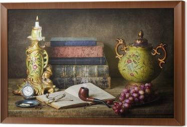 Obraz na płótnie w ramie Klasyczna martwa natura z antykami, starych książek, starych rur, okulary, zegarek kieszonkowy i winogron na drewnianych tabeli.