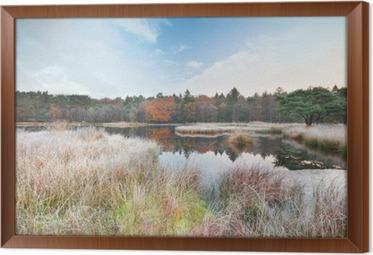Obraz na płótnie w ramie Mroźny poranek na jeziorze jesienią