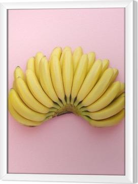 Obraz na płótnie w ramie Widok z góry z dojrzałych bananów na jasnym tle różowy. Minimalny styl.