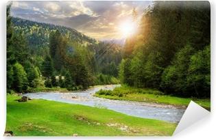Omyvatelná Fototapeta Camping místě u horské řeky při západu slunce