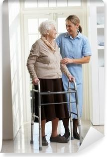 Papier peint vinyle Aider les soignants femme âgée senior Utilisation déambulateur