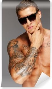 Papier peint autocollant Bel homme dans des lunettes de soleil tatoué torse musclé