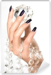 Papier Peint Autocollant Belles mains de femme avec gros diamant