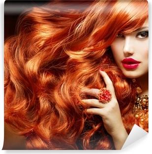Papier Peint Autocollant De longs cheveux bouclés rouge. Fashion Woman Portrait