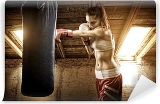 Papier Peint Autocollant Jeune femme de boxe d'entraînement sur le grenier