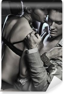 Papier Peint Autocollant Loving couple dans la voiture embrasse en noir et blanc