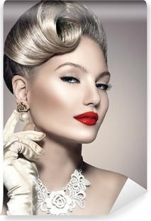 Papier Peint Autocollant Rétro femme de beauté avec le maquillage et la coiffure parfaite
