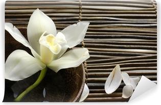 Papier peint vinyle Bol d'orchidée, pétale sur tapis de bambou