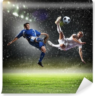 Papier peint vinyle Deux joueurs de football de frapper la balle