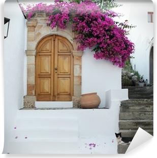 Papier peint vinyle En Grèce: des murs blancs, des fleurs fuchsia, des escaliers et chat détente