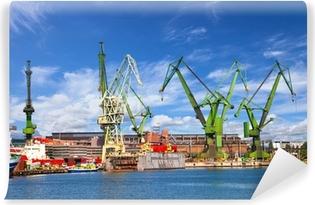 Papier peint vinyle Grandes grues et quai au chantier naval de Gdansk, en Pologne.