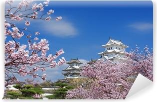 Papier peint vinyle Himeji Castle avec des fleurs de cerisier au printemps, au Japon