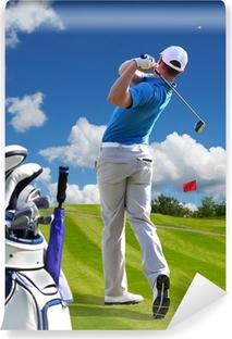 Papier peint vinyle Homme jouant au golf contre le ciel bleu avec le sac de golf