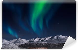 Papier peint lavable Aurores boréales au-dessus de fjords dans le nord de la Norvège.