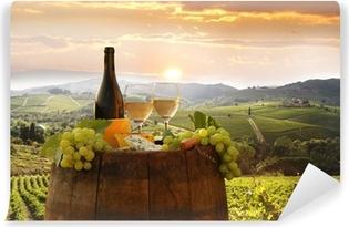 Papier peint lavable Vin blanc avec barell dans le vignoble, le Chianti, en Toscane, Italie