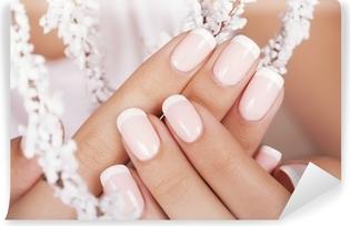 Papier peint vinyle Les ongles de belle femme avec manucure française