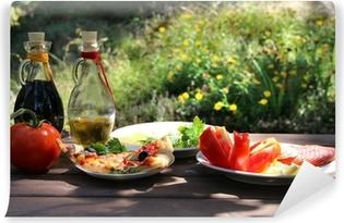 Papier peint vinyle Morceau de pizza dans le jardin d'été
