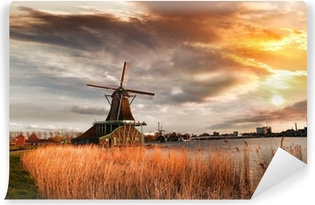 Papier peint vinyle Moulins à vent traditionnels hollandais avec canal près d'Amsterdam, Holla