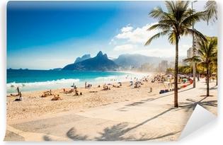 Papier peint vinyle Palms et deux frères de montagne sur la plage d'Ipanema, Rio de Janeiro