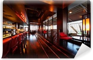 Papier peint vinyle Rangée de tables, sièges et comptoir de bar avec des chaises dans un restaurant