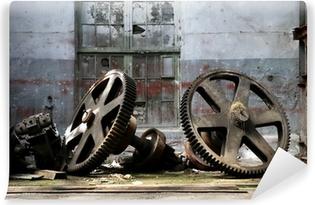 Papier peint vinyle Rouillés vieux gadgets de métal dans une usine de navire abandonné