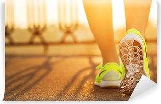 Papier peint vinyle Runner femme pieds en cours d'exécution sur la route Gros plan sur la chaussure.