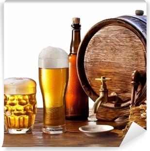 Papier peint vinyle Tonneau de bière avec des lunettes de bière sur une table en bois.