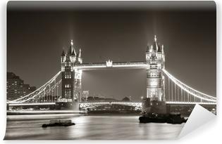Papier peint vinyle Tower Bridge de nuit en noir et blanc