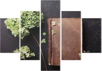 Pentáptico Ainda vida com livro velho e flores secas hydrangea na tabela do vintage vista top preto. styling colocar o plano.