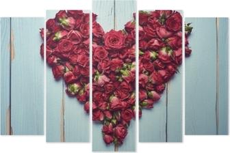 Pentáptico Forma de corazón de rosas sobre fondo de madera