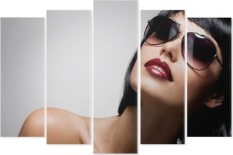 d83d08d49e Póster La cara de una mujer con las uñas hermosas oscuros y labios rojos  atractivos • Pixers® - Vivimos para cambiar
