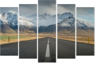 Pentaptychon Perspektivenstraße mit Schneegebirgszughintergrund in der bewölkten Tagesherbstsaison Island