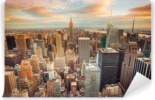 Auringonlaskunäkymä New Yorkin kaupunkilta, joka etsii Midtown Manhattanilta Pesunkestävä Valokuvatapetti