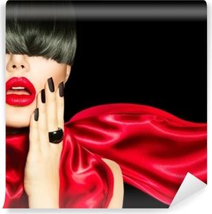 Huippumuotoinen tyttö, jossa on trendikäs kampaus, meikki ja manikyyri Pesunkestävä Valokuvatapetti